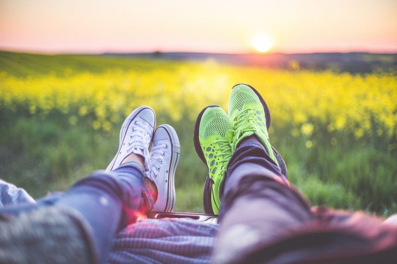 young-couple-relaxing-enjoying-sunset-from-the-car-picjumbo-com-kopie